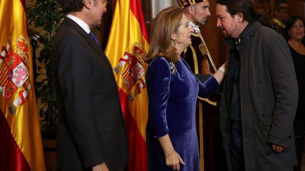 Foto: El presidente del Senado, Pío García Escudero (i), y la presidenta de la Cámara Baja, Ana Pasto (c), saludan al líder de Podemos, Pablo Iglesias (d), durante la recepción que se celebra en el Congreso de los Diputados con motivo del Día de la Constitució