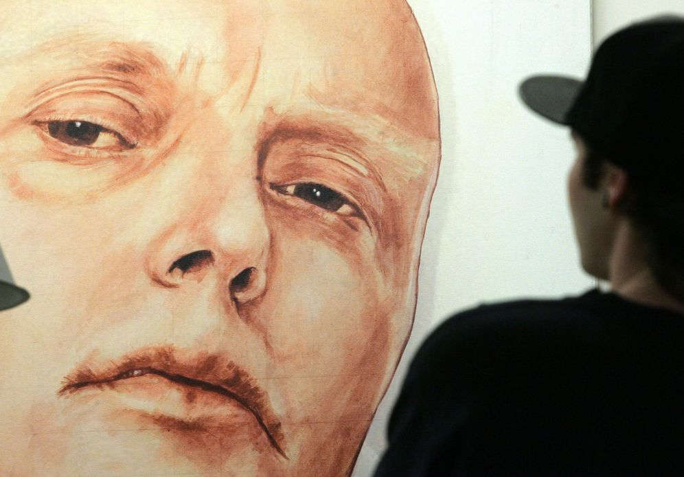 Foto: Un hombre observa un cuadro de Andrei Litvinenko en una galería de arte de Moscú, en mayo de 2007 (Reuters).