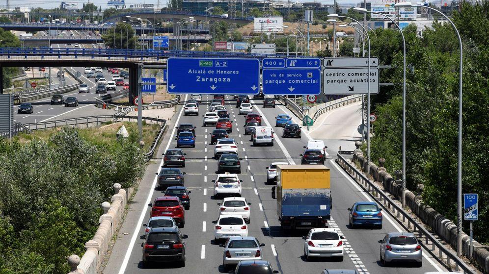 Foto: Multitud de coches se concentran a la salida de Madrid. (EFE)