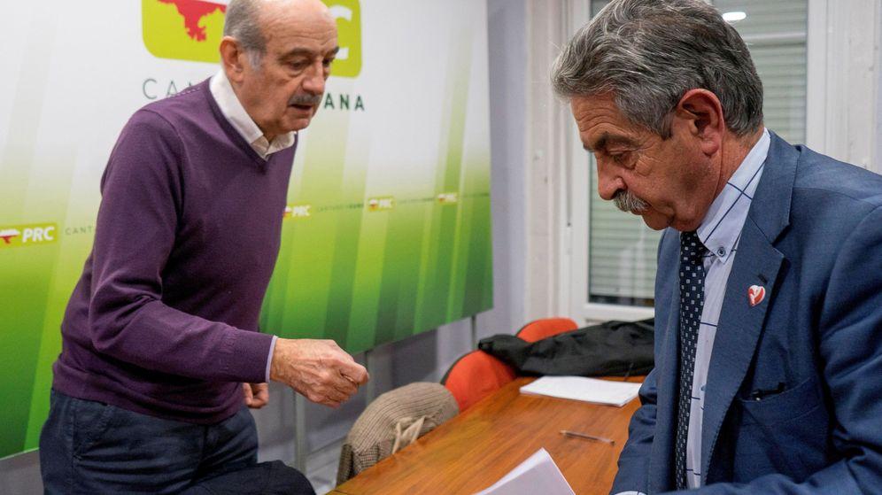 Foto:  El Presidente de Cantabria Miguel Ángel Revilla (d) y el diputado nacional de su partido José María Mazón. (EFE)