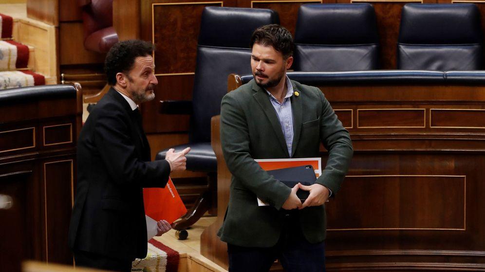 Foto: Los diputados de Ciudadanos Edmundo Bal y ERC Gabriel Rufián, conversan tras una sesión de control al Gobierno. (EFE)