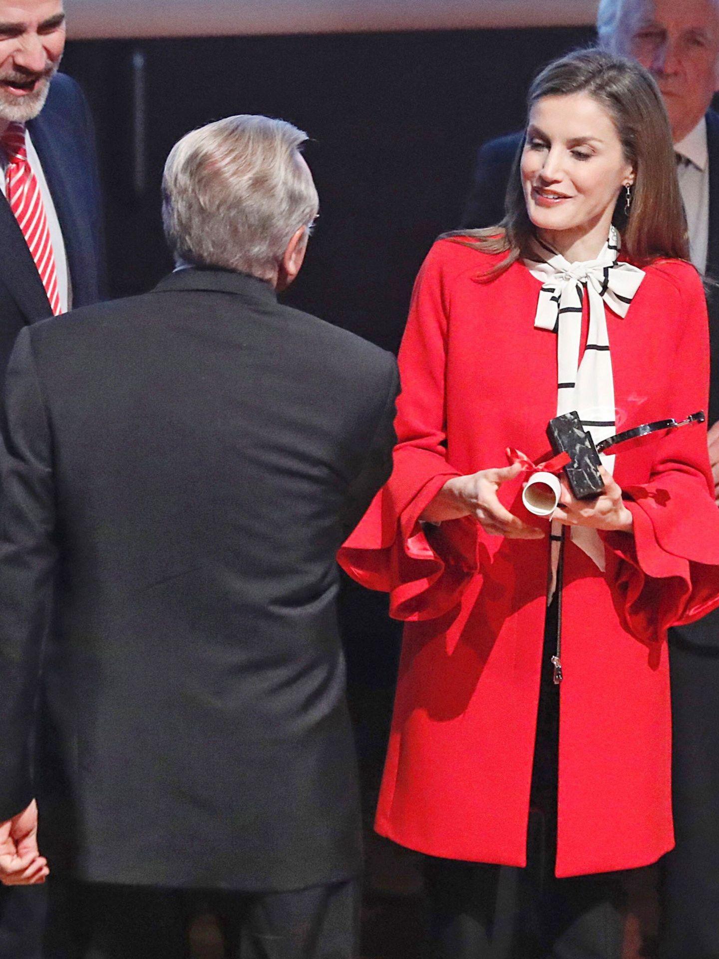 La Reina, con abrigo rojo de Zara. (EFE)