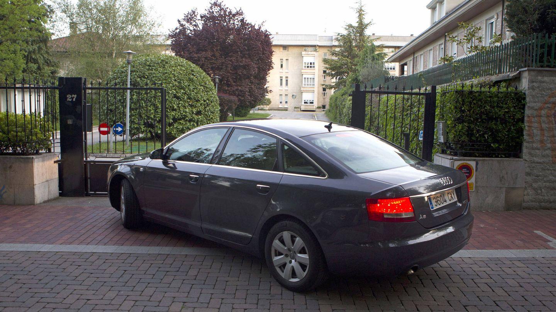 Un coche entra en la residencia de la familia Urdangarin en Vitoria. (EFE)