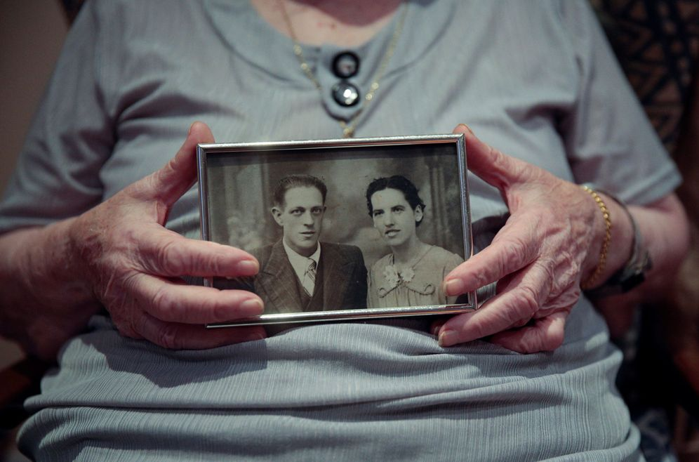 Foto: La menorquina Esperanza Alles, de 100 años, sostiene una foto con su marido. (Reuters)