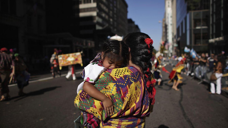 Foto: El español, en hora bajas en Estados Unidos. En la imagen, una mujer y su hija en el Desfile Hispano (Reuters)