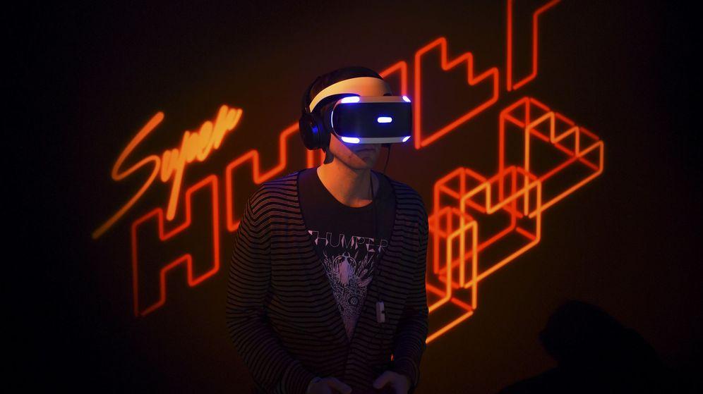 Foto: Un desarrollador prueba las PlayStation VR durante la presentación que tuvo lugar anoche en San Francisco. (Reuters)