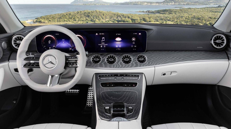 Mercedes E53 AMG Cabrio con su doble pantalla como cuadro de instrumentos.