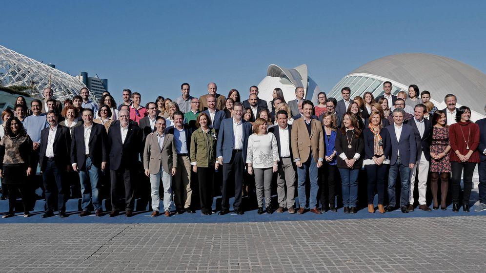 Foto: Rajoy posa con los candidatos de la Comunidad Valenciana. (EFE)