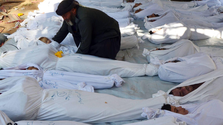 Un hombre sostiene el cadáver de un niño tras el ataque químico de Guta, en agosto de 2013. (Reuters)