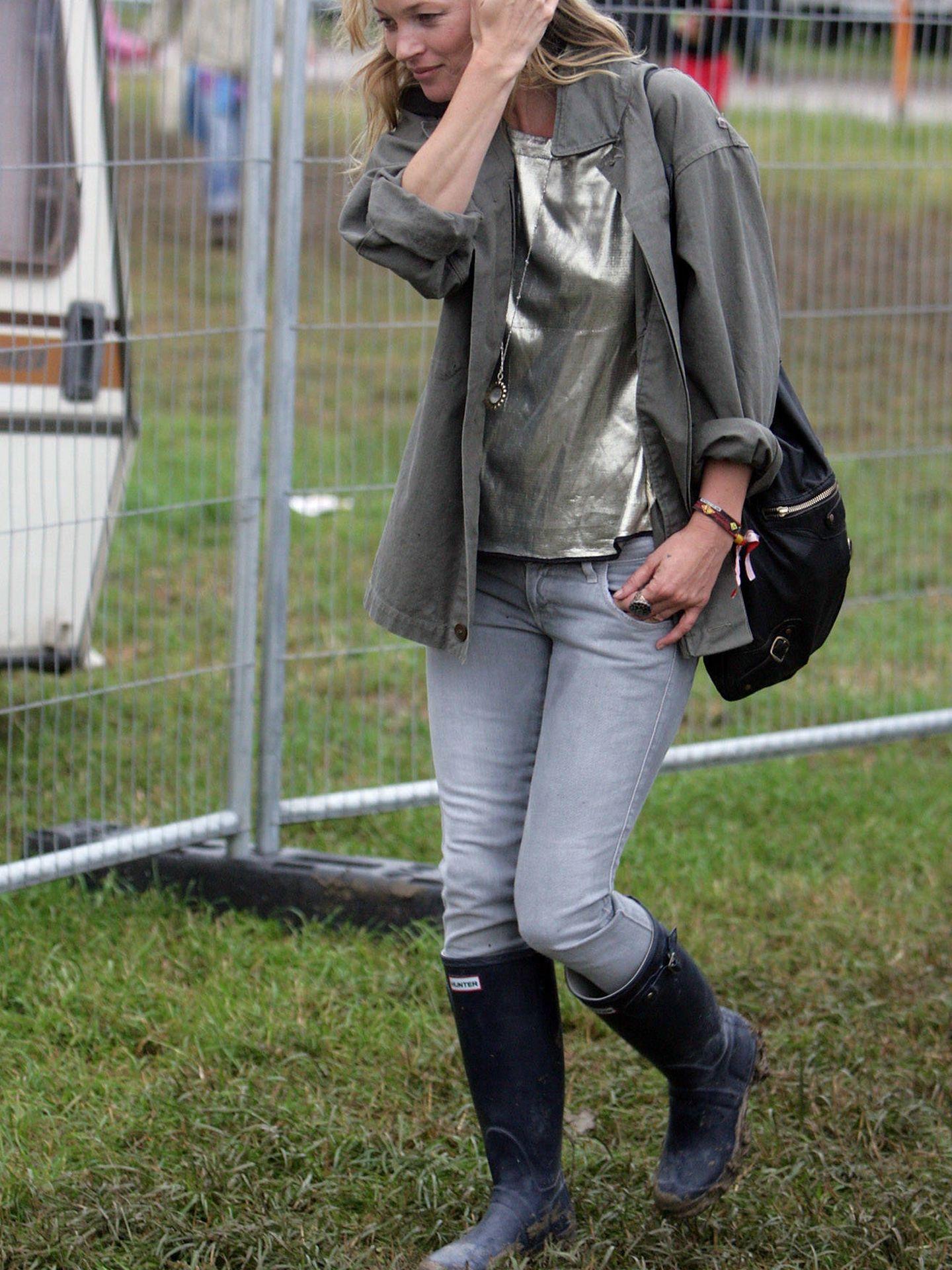 Kate Moss disfrutando de Glastonbury bien seca. (Getty)