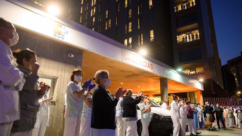 Foto: Personal sanitario en el exterior del hospital Marqués de Valdecilla. (EFE)