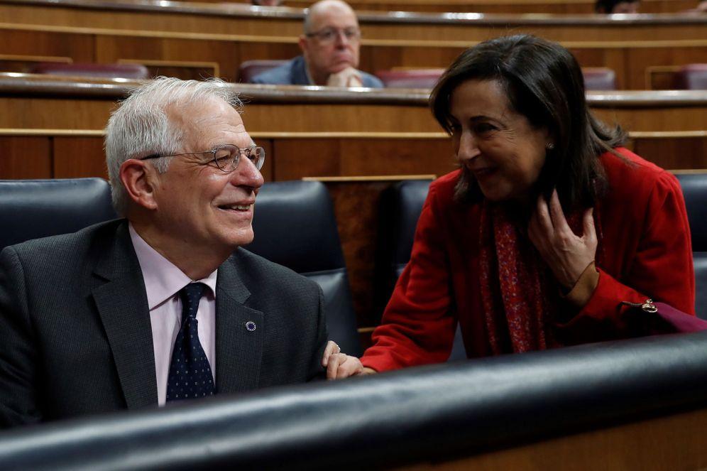 Foto: Los ministros Josep Borrell y Margarita Robles, el pasado 20 de febrero en el Congreso. (EFE)
