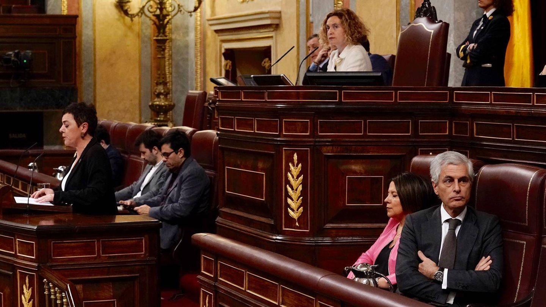 El diputado Suárez Illana da la espalda a la tribuna mientras Aizpurua realiza su intervención.