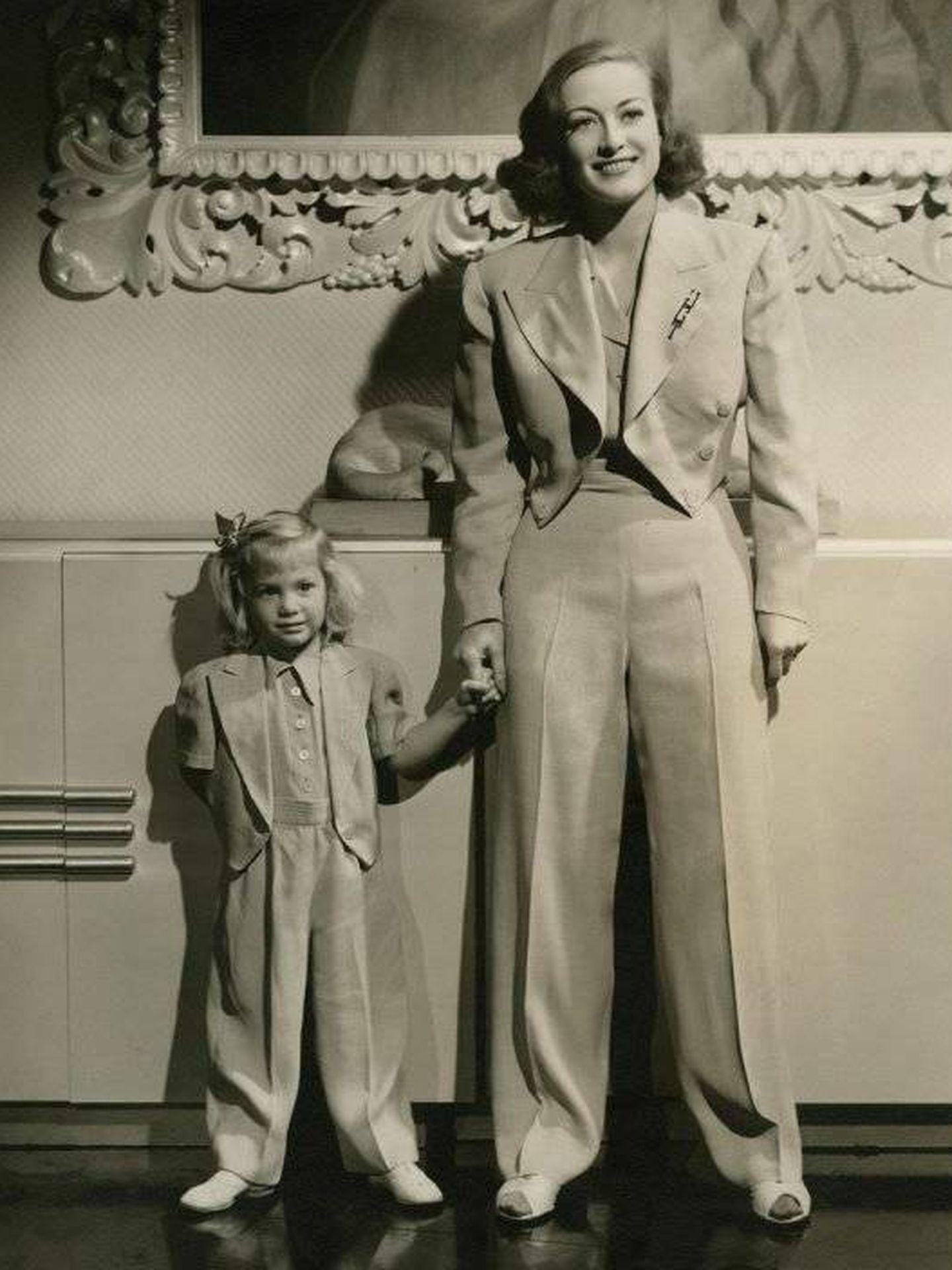 Joan Crawford y su hija Christina. (Notorious Ediciones)
