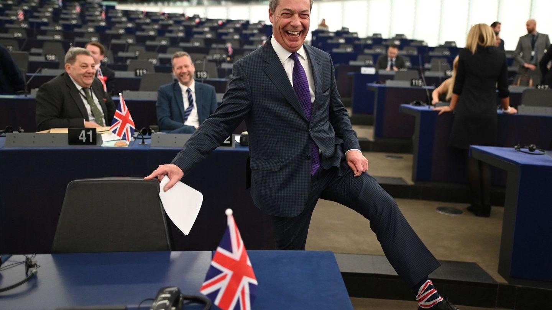 Nigel Farage muestra sus calcetines con la bandera británica en Estrasburgo. (Reuters)