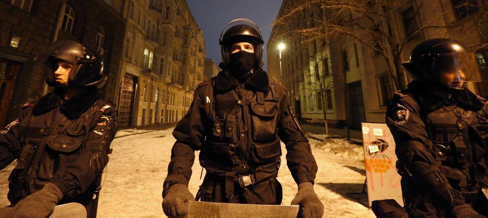 Foto: Personal del ministerio del Interior ucraniano bloquea una calle en Kiev (Reuters).