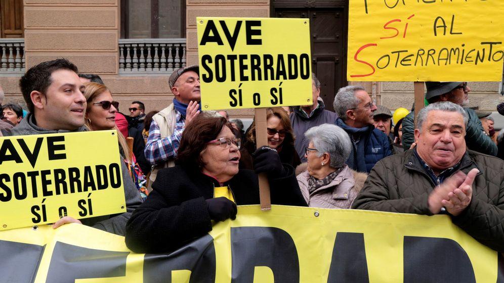 Foto: Manifestación en Granada en enero de este año cuando se cumplieron 1.000 días de aislamiento por tren. (EFE)