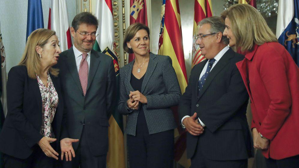 Foto: La presidenta del Congreso, Ana Pastor (i), el ministro de Justicia, Rafael Catalá (2i), la ministra de Defensa, Dolores de Cospedal (c), el ministro del Interior, Juan Ignacio Zoido (2d), y la ministra de Empleo, Fátima Báñez. (EFE)
