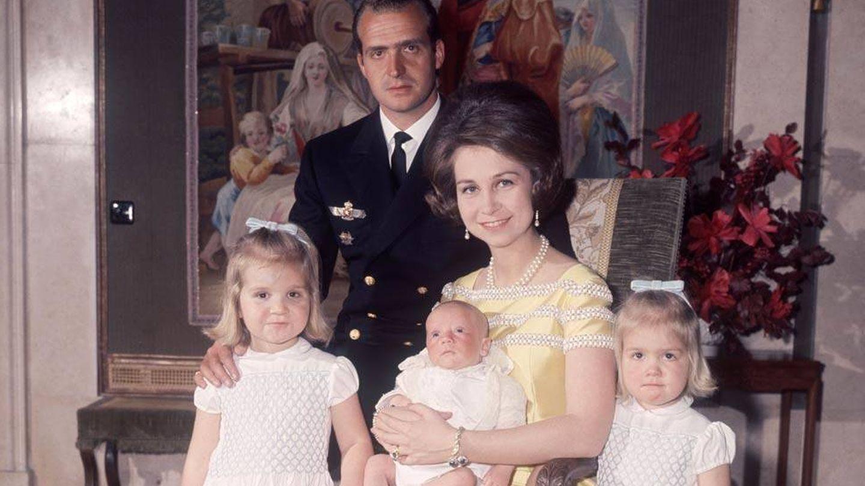 Los Reyes eméritos con sus tres hijos.