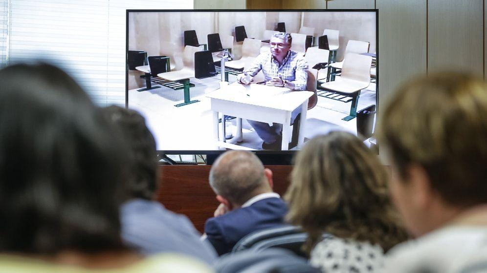 Foto: Granados, durante su comparecencia por videoconferencia desde la cárcel de Estremera en la comisión de investigación de corrupción en la Asamblea de Madrid. (EFE)