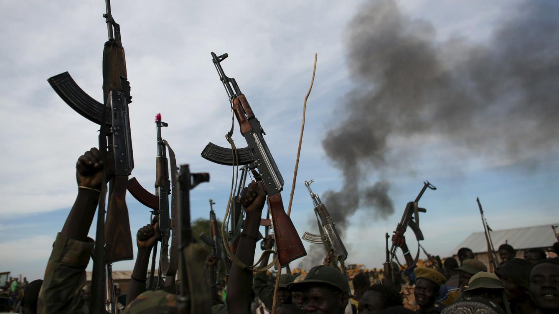 Foto: Combatientes rebeldes levantan sus rifles al aire en el estado del Alto Nilo, Sudán del Sur, en febrero de 2014 (Reuters)