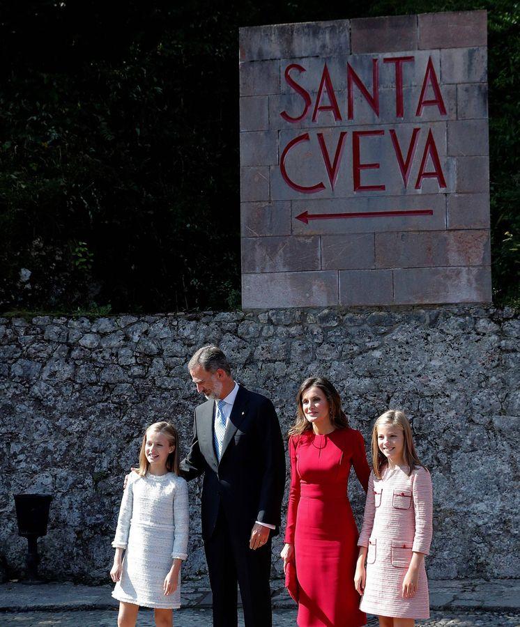 Foto:  Los Reyes y sus hijas, a su llegada. (EFE)