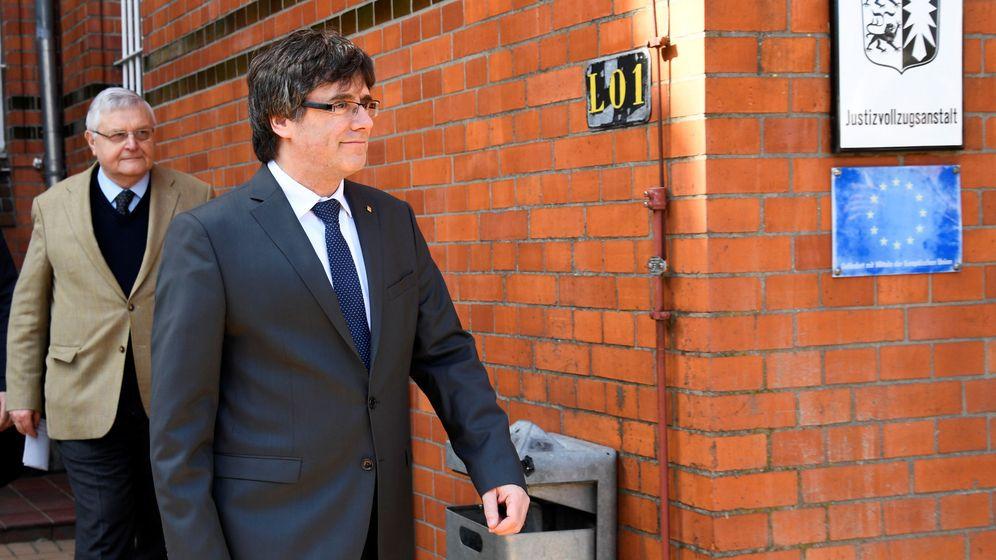 Foto: El expresidente catalán, Carles Puigdemont, al salir de la cárcel alemana de Neumünster. (Reuters)