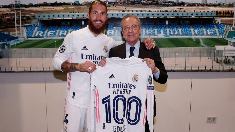 Ramos posa con la camiseta de los 100 goles que le entregó Florentino. (@realmadid)