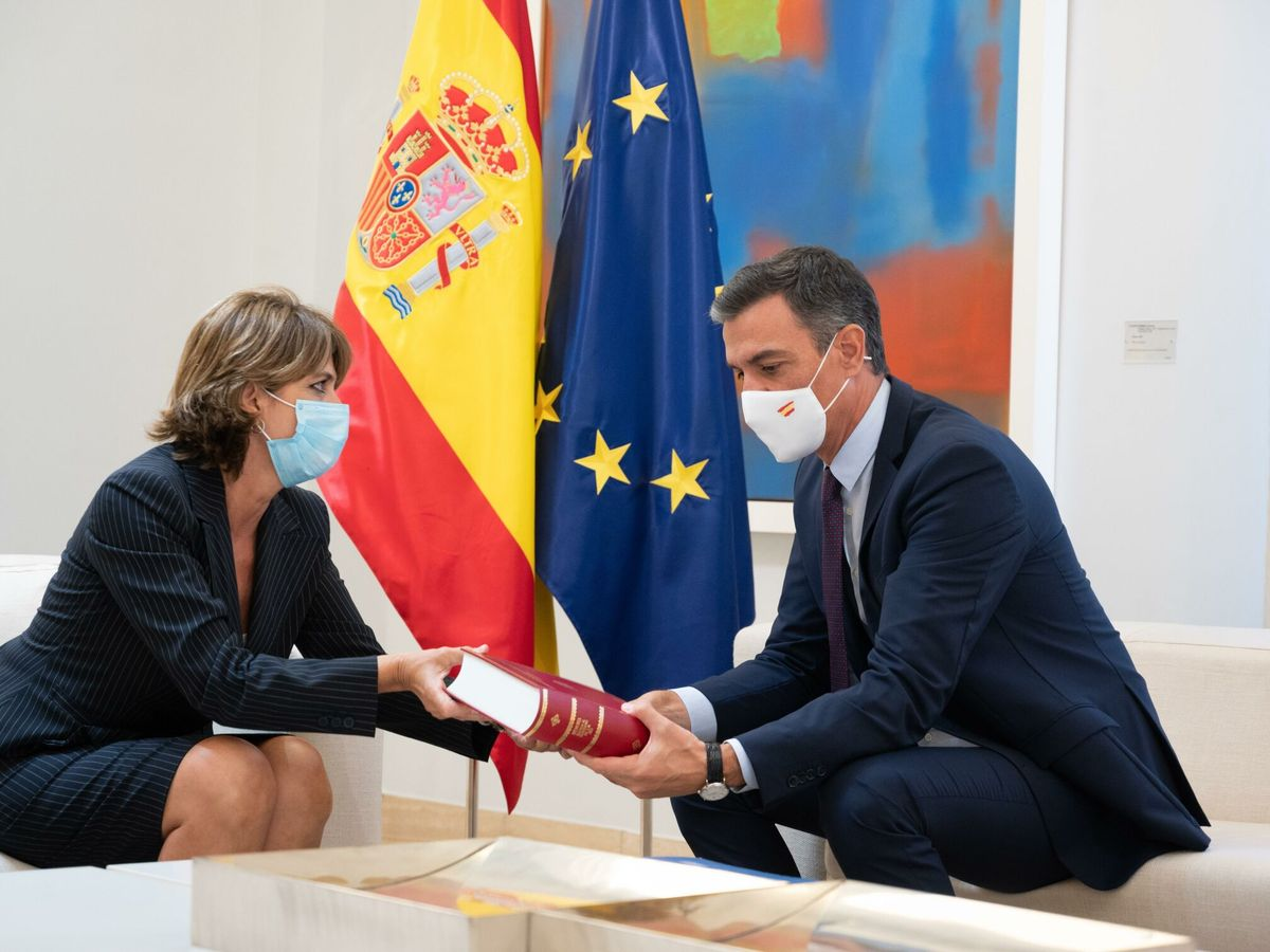 Foto: El presidente del Gobierno, Pedro Sánchez, recibe a la fiscal general del Estado, Dolores Delgado. (EFE)