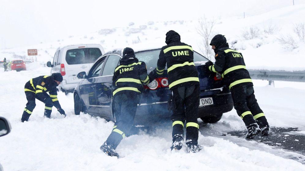 Foto: La UME ayudando a salir a un vehículo atrapado de la A-5. (EFE)