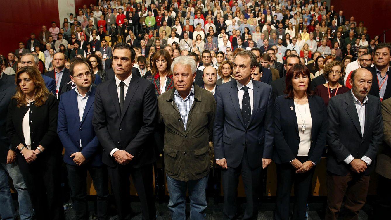 Foto:  Pedro Sánchez, los expresidentes González y Zapatero, con Susana Díaz, César Luena, Micaela Navarro y Alfredo Pérez Rubalcaba durante el minuto de silencio por los atentados de París. (EFE)