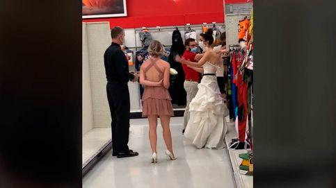 Una mujer va al trabajo de su pareja con cura y vestida de novia para casarse ya