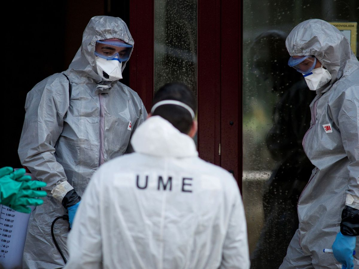 Foto: 8efe9La UME desinfecta una residencia. (EFE)