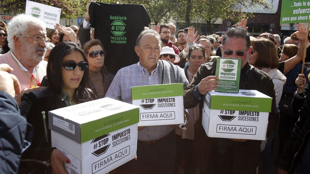 Foto: Miembros de la plataforma Stop Impuesto de Sucesiones, frente al Parlamento andaluz. (EFE)