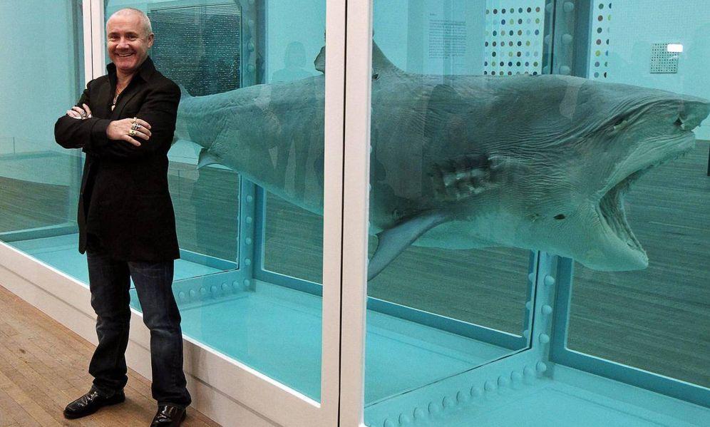 Foto: Damien Hirst unto a su célebre tiburón en formol. (EFE)