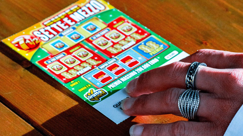 Los boletos de rasca y gana son muy populares en Norteamérica (Emiliano Vittoriosi para Unsplash)