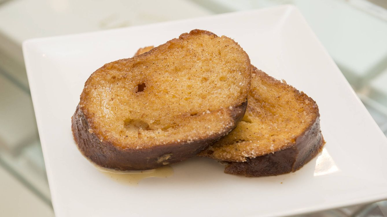 Cinco pasos para hacer la torrija perfecta: pan, leche, aceite...