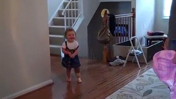 Foto: La menor, caminando con su pierna ortopédica (Facebook)