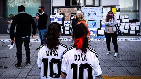 Los fans que esperan la salida de Maradona