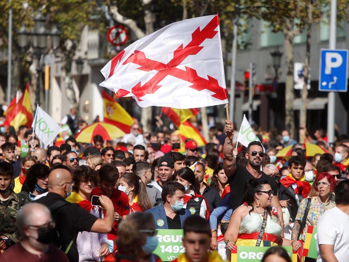 Foto:  Más de mil personas marchan este martes en Barcelona con motivo del 12 de Octubre en una manifestación a favor de la unidad de España. (EFE)
