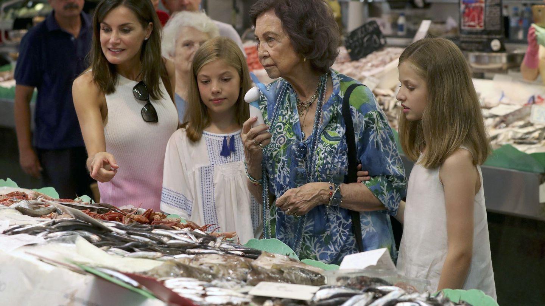 La Reina Letizia, acompañada de sus hijas y doña Sofía.(EFE)