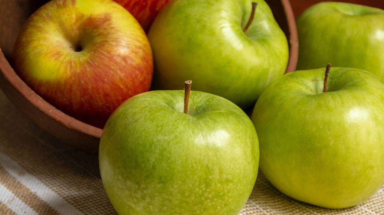 Adelgaza comiendo las manzanas con piel. (Robson Melo para Unsplash)