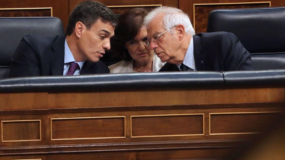 Foto: El presidente del Gobierno, Pedro Sánchez, conversa con el ministro de Exteriores, Josep Borrell, en el Congreso. (EFE)