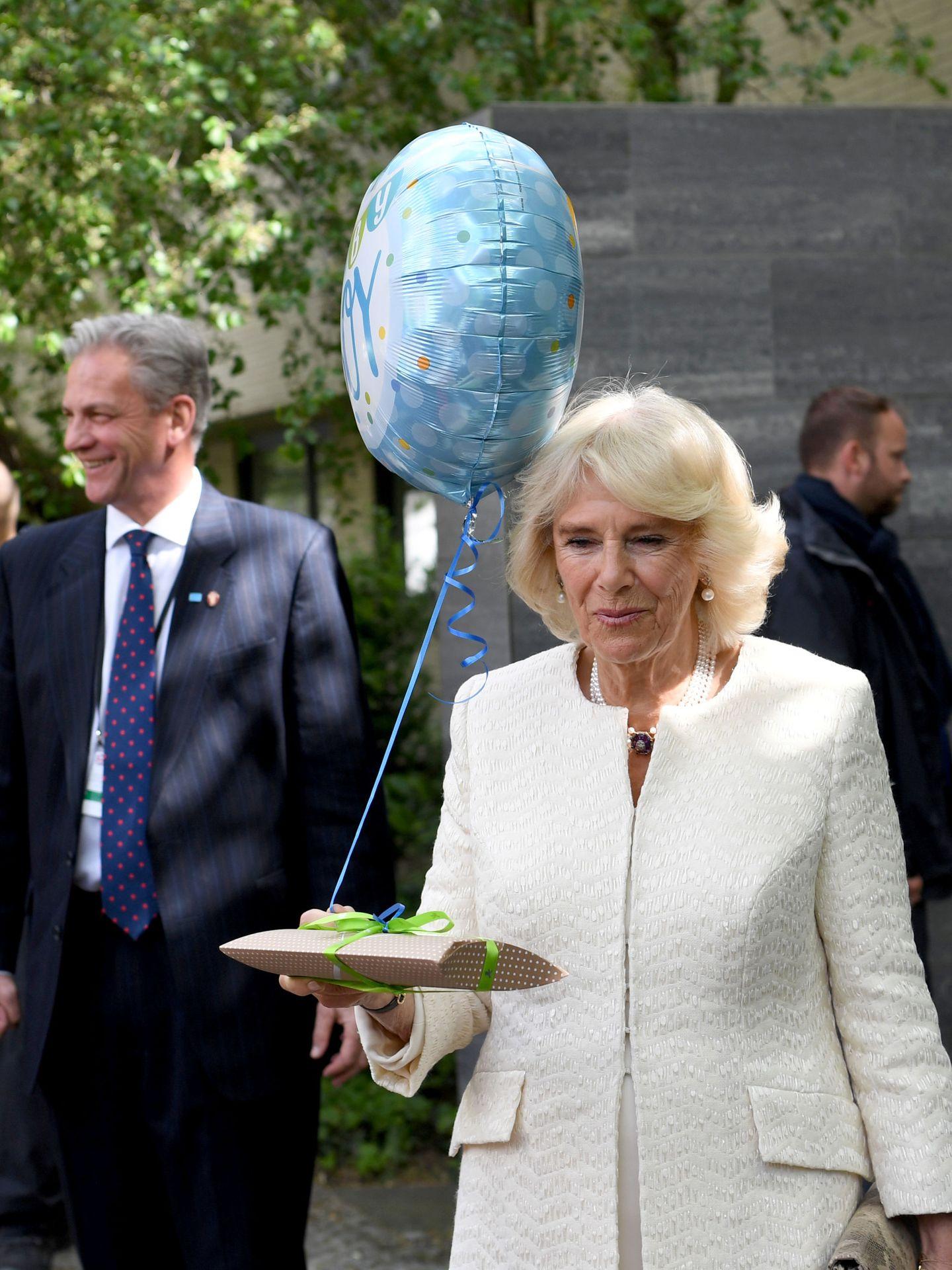 La duquesa de Cornualles, con los regalos que recibió en Berlín. (Reuters)