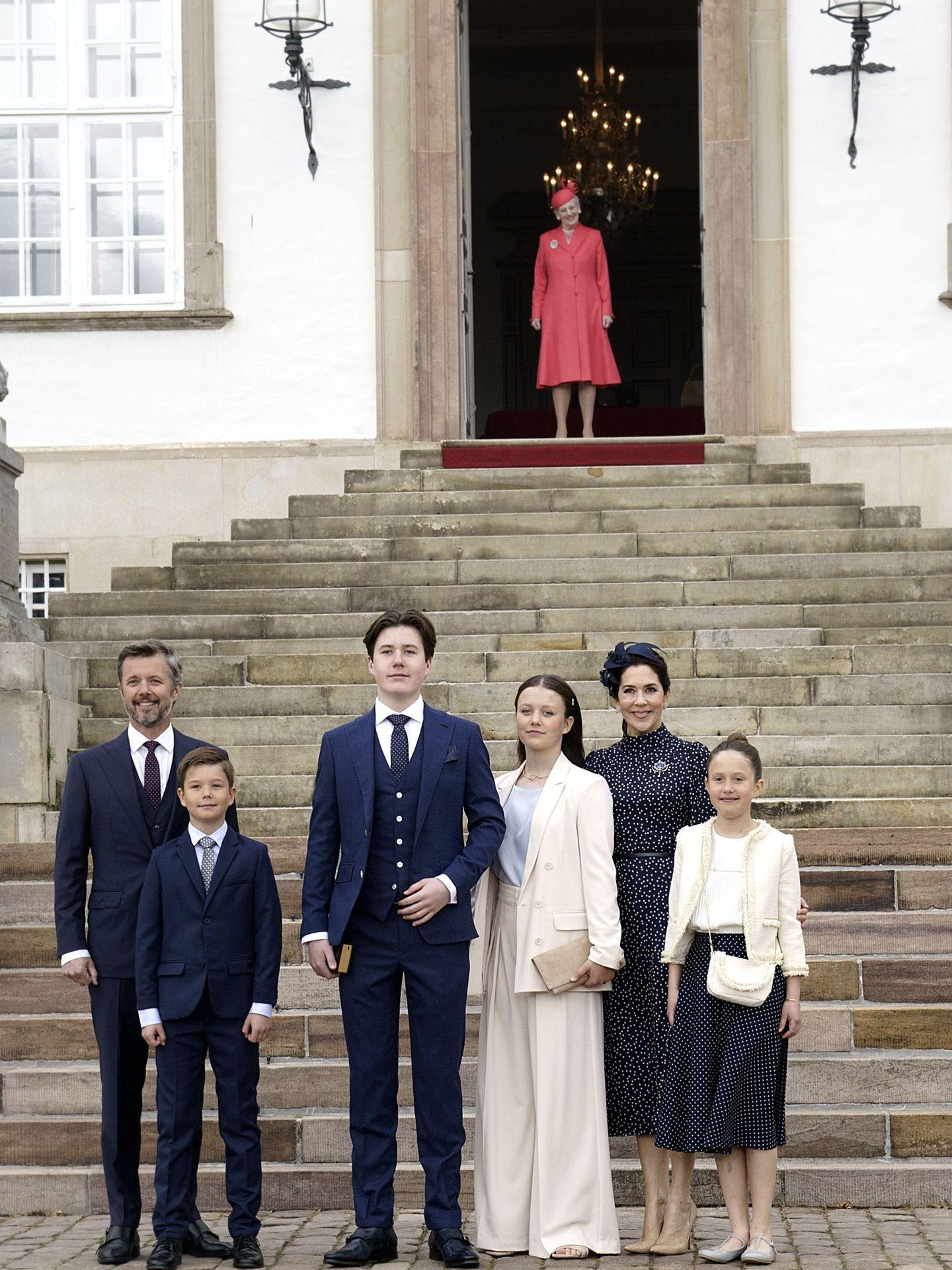 Christian de Dinamarca y su familia posan ante la puerta de la abadía donde les espera la reina Margarita. (EFE)