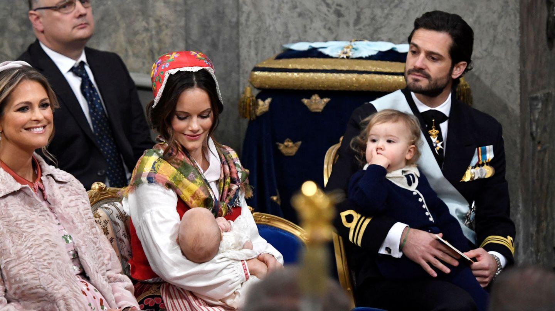 Carlos Felipe y Sofia, con sus hijos en el bautizo del príncipe Gabriel. (Reuters)