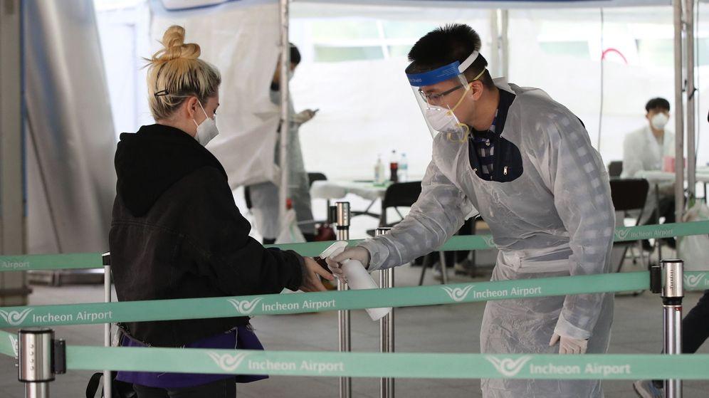 Foto: Una ciudadana extranjera se somete a un test antes de entrar en Corea del Sur. (EFE)