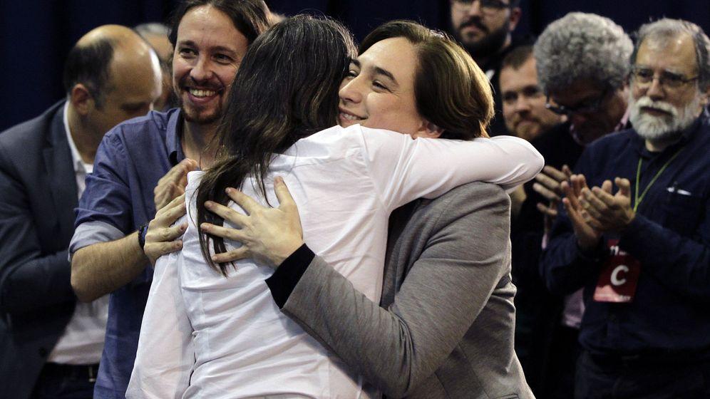 Foto: La alcaldesa de Barcelona, Ada Colau, y el líder de Podemos, durante la asamblea de ICV celebrada este sábado en Barcelona. (EFE)