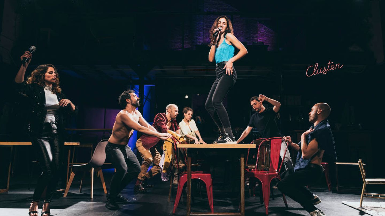 Todo el reparto de 'Cluster'. Sobre la mesa, Beatriz Jaén. (Luz Soria)
