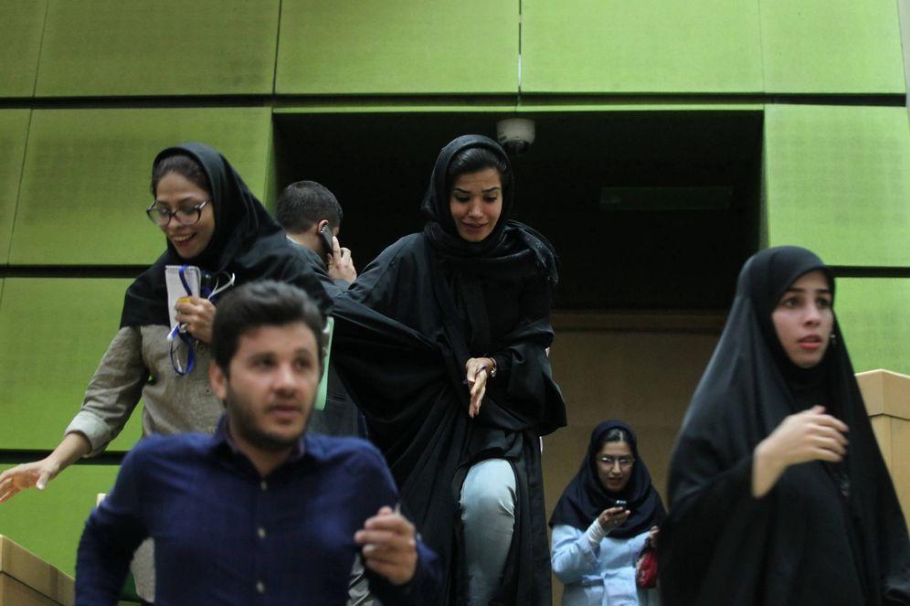 Foto: Ciudadanos iraníes dentro del Parlamento durante el ataque, en Teherán. (Reuters)